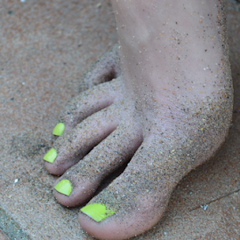 Neon toes in the sand by Gideon van Eck - People Body Parts