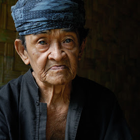 Kepala Kampung Gajeboh  by Yoga Pratama - People Portraits of Men ( baduy, indonesia, senior citizen )