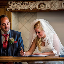 setting the signature by Kees van Es - Wedding Ceremony