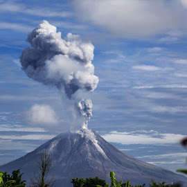 Mount Sinabung's deadly eruption by Kriswanto Ginting's - Landscapes Mountains & Hills ( volcano, mount, indonesia, nikon d7100, nikon, pyroclastic, sinabung )