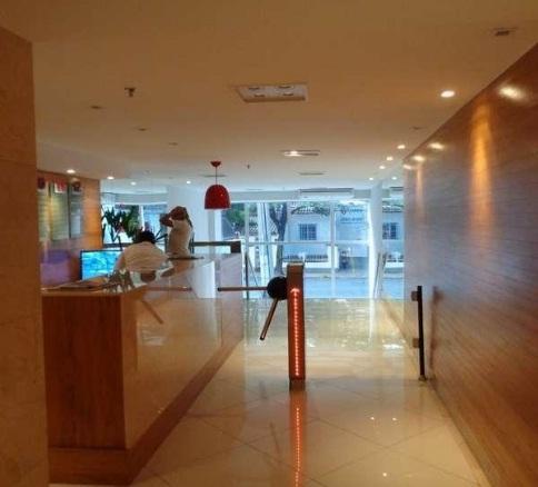 Sala Comercial Junto ao Campo de São Bento em Prédio de Excelente Padrão com 3 elevadores. e 1 vaga.