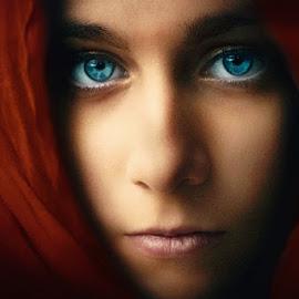 Q u i n t a n a... by Andy Dyso - People Portraits of Women