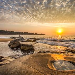 Sunrise in Estaleiro Beach by Rqserra Henrique - Landscapes Beaches ( waves, sunrise, rocks, beach, clouds, reflex, rqserra,  )