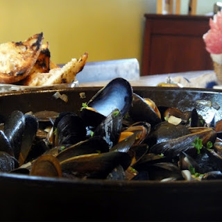 MUSSELS IN WHITE WINE & GARLIC