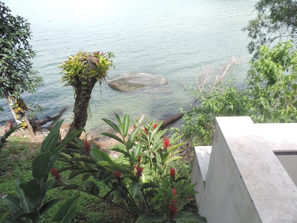 Angra dos Reis - Casa Maravilhosa Pé na Praia 05 Suítes Piscina no Condomínio Frade para Venda.