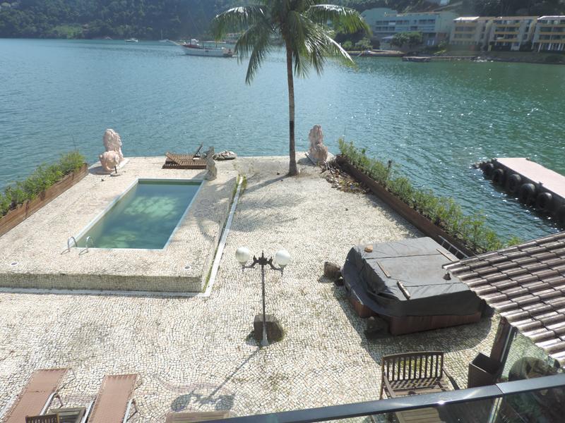Angra dos Reis - Excelente Casa na beira da Praia Mobiliada 06 Suítes 02 Pavimentos Piscina na Ponta Dos Ubás para Venda.