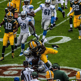 Eddy Lacy grinding out yards by Jason Lockhart - Sports & Fitness American and Canadian football ( football, lambeau field, detroit lions, green bay packers, eddy lacy )