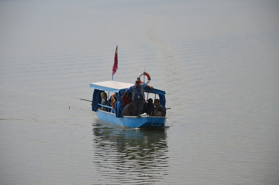 Ljudi u čamcu by Drago Ilisinovic - Digital Art People