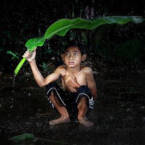 di bawah naungan daun pisang by Ramadhan Bagaskara Arya Parmuka - Babies & Children Child Portraits ( ujan )