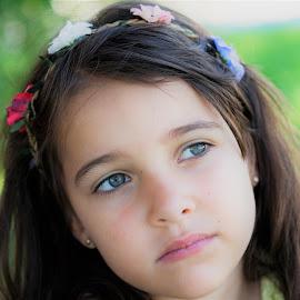 Indira by Lourdes Ortega Poza - Babies & Children Child Portraits ( españa, jardin, flores, miradas, indira, verano, sueños, niña )
