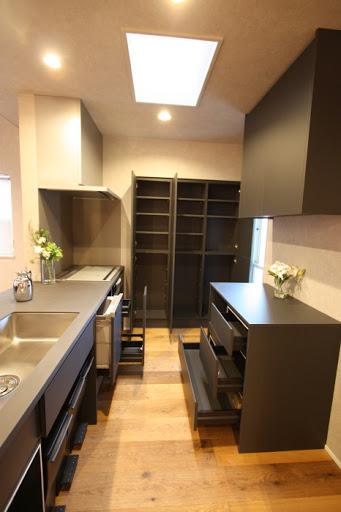 2階:大容量のカップボードを造作。シンク下にはダストBOX収納スペースがあり、美観性のあるキッチンです。