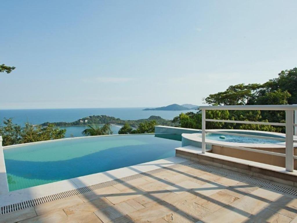 Casa nova no condomínio Taguaíba praia privada   Vista para o mar, piscina, jacuzzi, sauna, área gourmet e 4 suítes. 700 metros da Praia - Guarujá/SP