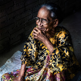 think by Ibnu Zakaria - People Portraits of Women