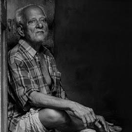 akla dupur by Prosenjit Mukherjee - People Street & Candids ( street, old man, candid, old building, people, portrait )
