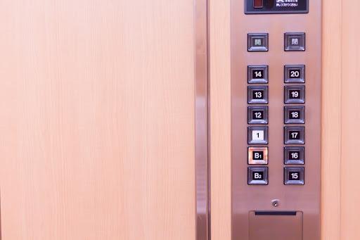 エレベーターの鏡はなぜあるのか