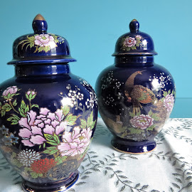 Blue oriental vases by Maricor Bayotas-Brizzi - Artistic Objects Antiques