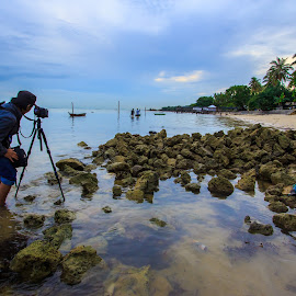 Looking for composition by Demi Nst - Landscapes Beaches ( photographer, cloud, sea, stone, beach, morning, landscape, batam, photographers, taking a photo, photographing, photographers taking a photo, snapping a shot )