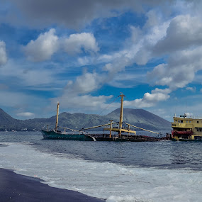 Old Ship by Josef Farianto - Landscapes Beaches ( ende )