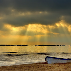 by Fabio Ponzi - Landscapes Waterscapes ( ray, sky, cloud, sea, sunrise, boat, light )