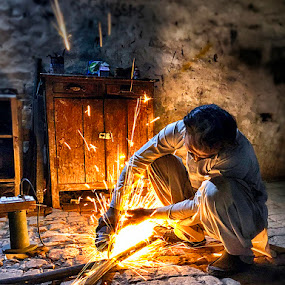 Worker by Abdul Rehman - Instagram & Mobile iPhone ( pakistan, iphoneography, night photography, worker, iphone, fire, iphone x,  )