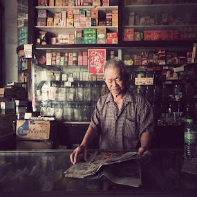 oldies by Firdaus Hadzri - People Street & Candids ( oldies, penang, firdaus hadzri, street photography, newspaper )