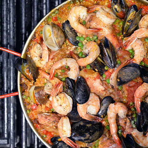 Simple Spanish Paella on the Grill