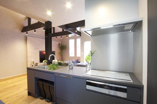2階:カップボード・IH3口コンロ・食洗機・ビルトイン浄水器が完備された対面式オーダーキッチンは約3.8帖