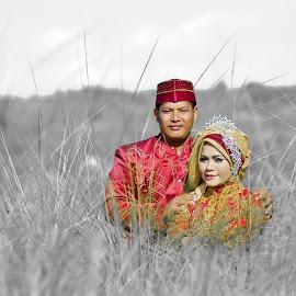 Della Prewedding by Agus Mahmuda - Wedding Bride ( love, red, grass, prewedding, indonesia, wedding, traditional, couple )