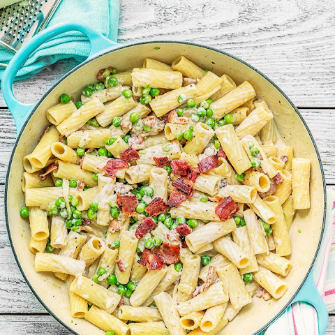 One Pot Creamy Alfredo Rigatoni with Bacon and Peas