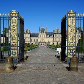 Fontainebleau - Portail d'honneur du château by Gérard CHATENET - Buildings & Architecture Public & Historical