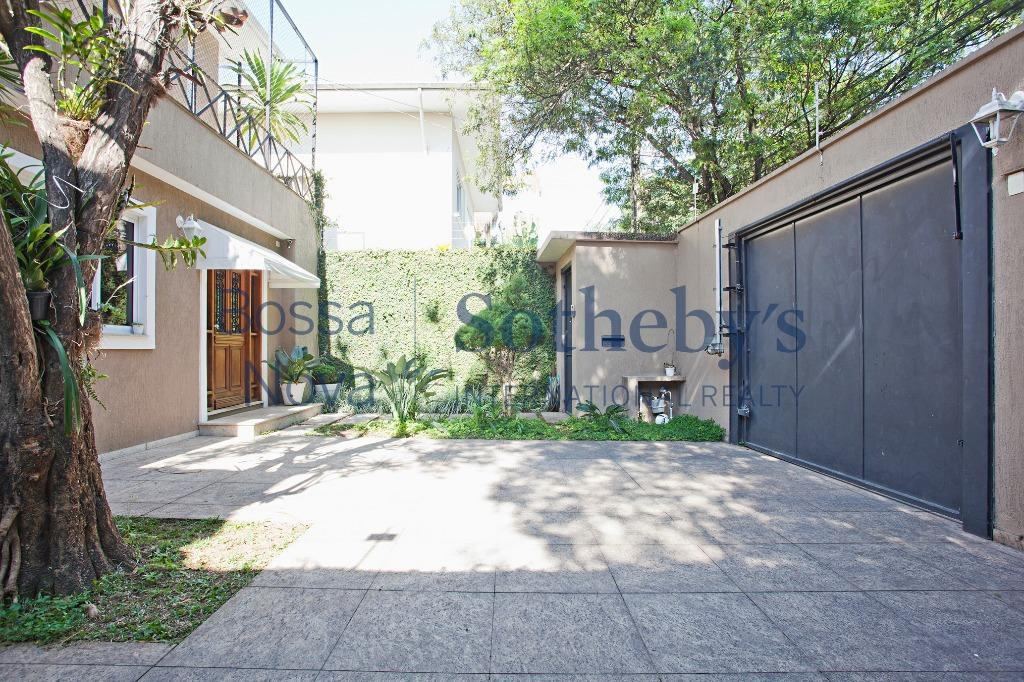 Linda casa para locação em rua arborizada ao lado do Parque do Ibirapuera