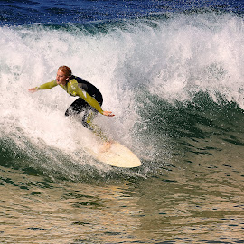 Fall or not fall by Gérard CHATENET - Sports & Fitness Surfing