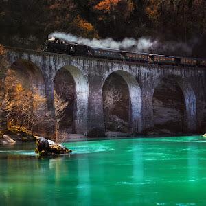 Muzejski vlak na mostu.jpg