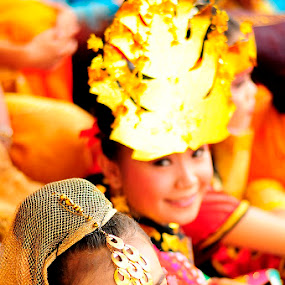 Smiling Dancer by Irfan Maulana - People Musicians & Entertainers ( dancing, ethnic, traditional, dancer )