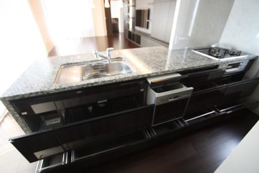 キッチン収納収納力のあるカウンターキッチン。( 反対(ダイニング)側にも収納スペースがあります。)