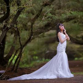 by Arjuna Jodhie - People Fashion ( #bridal #rain #art #dramatic #beauty #girl )