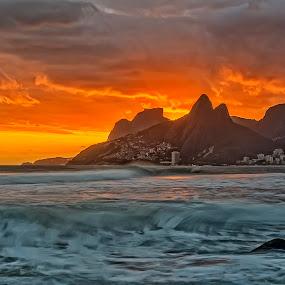 Sunset at Ipanema beach, Rio de Janeiro by Daniel Schwabe - Landscapes Beaches ( brazil, orange, ipanema, red, le, rio de janeiro, waves, ocean, beach, arpoador, brasil )