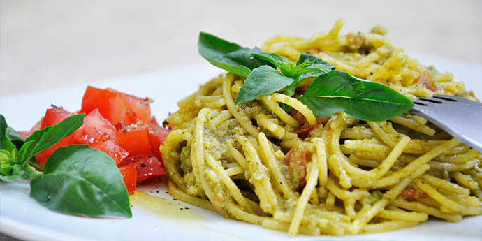 Creamy Avocado Pasta with Basil and Tomatoes | Gluten-Free! Recept ...