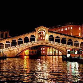 Venise - Le Rialto au petit matin by Gérard CHATENET - Buildings & Architecture Bridges & Suspended Structures (  )