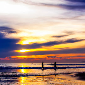 Go to the under dawn by Phan Anh - Landscapes Beaches ( beaches, dawn, sky, people )