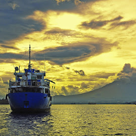 ship in the afternoon by Bunga Bailampungz - Transportation Boats ( indonesia, ship, seascape, manado, landscape )