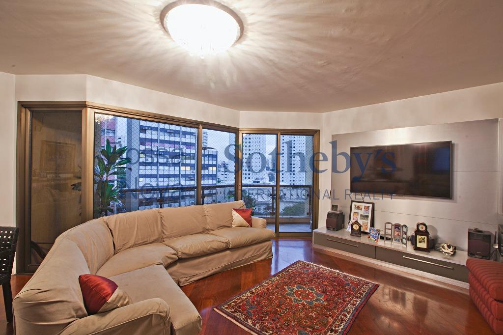 Apartamento amplo,com varanda, lareira e três  vagas