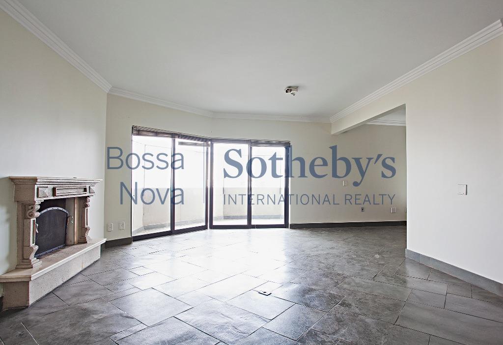 Apartamento com grande potencial, pela localidade e espaços internos, em rua tranquila, com terraço.