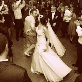 Clap thr bride by Fotograf Craiova Robert Cirstea - Wedding Old - Dancing ( nunta craiova, fotograf profesionist craiova, fotograf craiova )