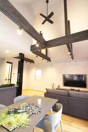 2階:床暖房が完備された約20.5帖のLDK。リビングは吹抜け。フローリングは天然木無垢突板仕上げ。