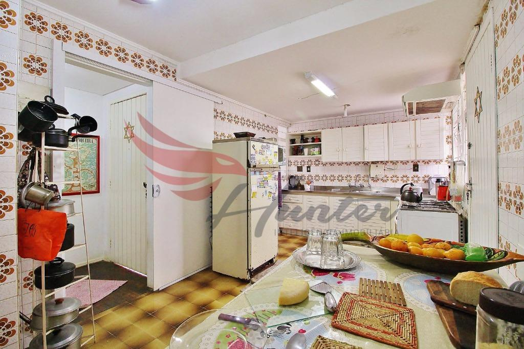 Casa de 3 dormitórios mais dependência de empregada COMPLETA, churrasqueira e pátio para até 4 carros no bairro Santo Antônio em Porto Alegre. (Clique para ver)