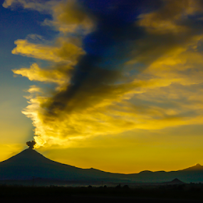 smoking and sunset by Cristobal Garciaferro Rubio - Landscapes Mountains & Hills ( volcano, popo, popocatepetl, eruption, smoking volcano )