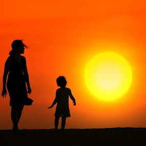 Big Sunset by Alit  Apriyana - People Family ( mom and 'kid', mom with kids )