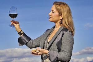 LA CONSEJERA delegada y presidente de Marqués de Cáceres Cristina Forner, mira al horizonte riojano, inspirándose para hacer en cada vino una obra de arte.
