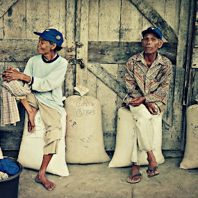 Look at here grandma by Daniel Pasaribu - People Couples ( old, couples )